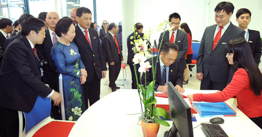 Vietnam's Vice President Nguyen Thi Doan witnesses the first transactions being carried out at Vietinbank Berlin Branch